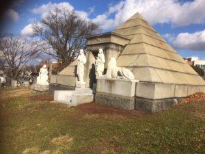 Es sind spektakuläüre Grabmäler zu sehen. Hier eine Pyramide.