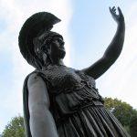 Göttin Minerva grüßt die Freiheitsstatue Frei